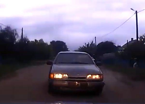 Водитель попытался уйти от гаишников на задней передаче: видео | CityTraffic