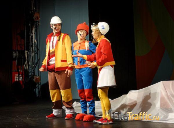 В тольяттинском театре «Дилижанс» детям открыли тайны падающего кирпича
