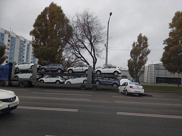 В Самаре  водитель Яндекс. такси врезался в припаркованный автовоз | CityTraffic