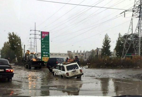 На улице Самары автомобиль ушел под воду | CityTraffic