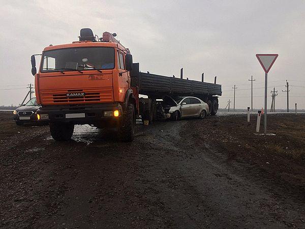 "На трассе под Самарой иномарка столкнулась с ""КамАЗом"" | CityTraffic"