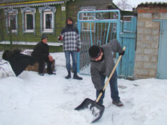 Добровольцы Тольятти очищают от снега территории возле домов пожилых людей | CityTraffic