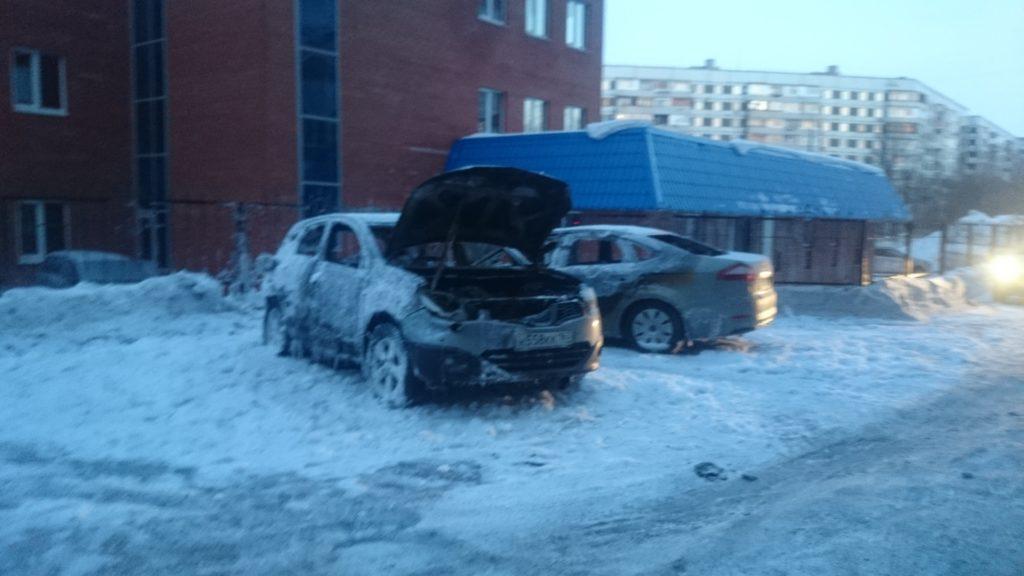 На улице 40 лет Победы в Тольятти горели два автомобиля (видео) | CityTraffic
