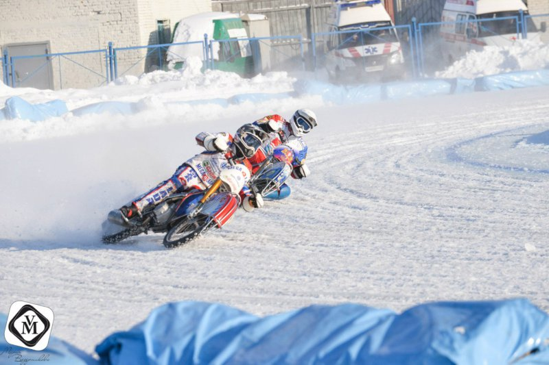 Никита Толокнов из Тольятти выиграл первый день финала юниорского первенства по ледовым мотогонкам