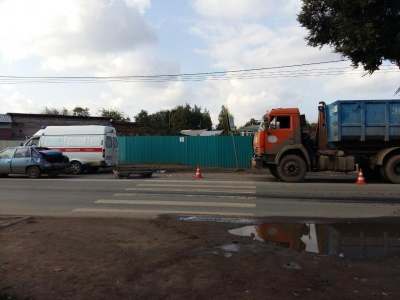 """В Самаре КАМАЗ въехал в """"Дэу"""", атот сбил девочку-подростка на пешеходной переходе"""