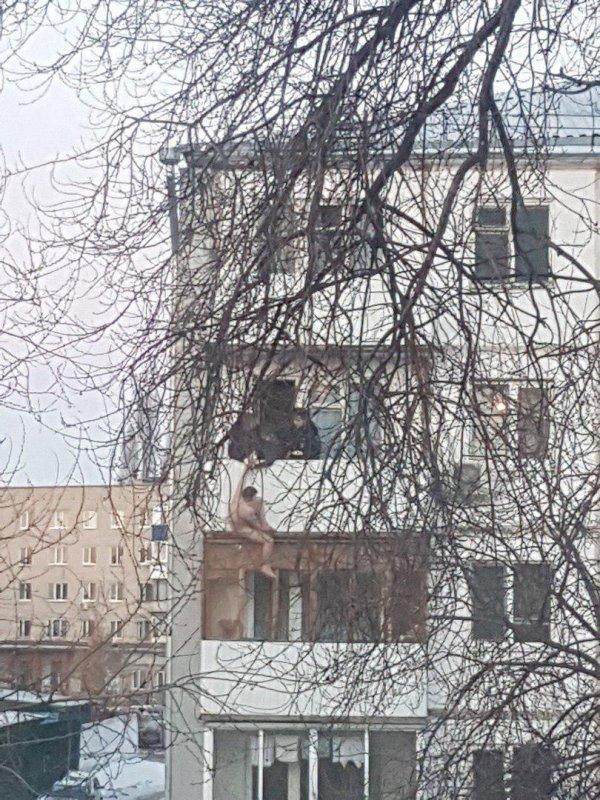 В Тольятти голый мужчина упал счетвертого этажа, просидев на карнизе 45 минут