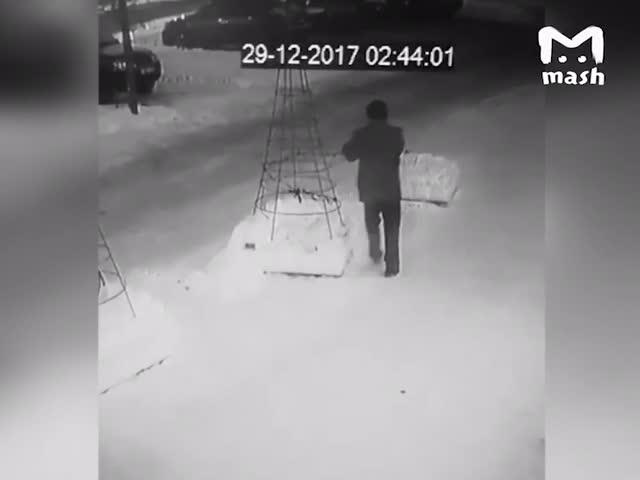 Воры новогодних гирлянд из Тольятти попали на видеокамеру