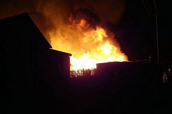 В Жигулевске ночью горел расселенный дом на улице Почтовой