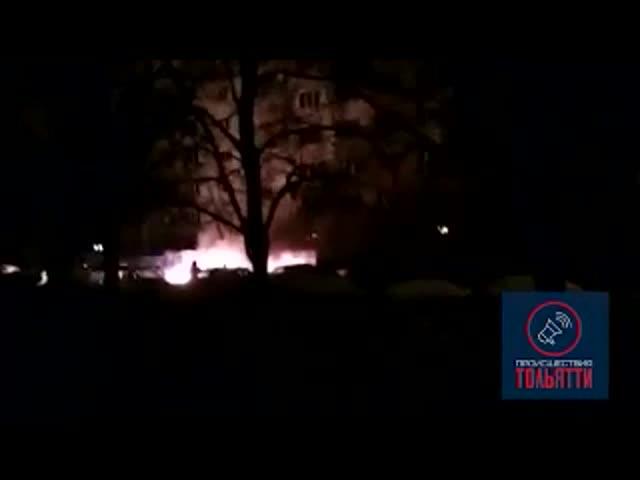 В Тольятти ночью сгорело два автомобиля, очевидцы сняли это на видео | CityTraffic