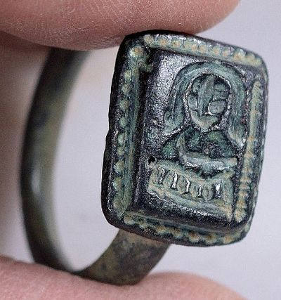 Садовник из Израиля пропалывал сорняки инашел древний перстень сизображением Николая-Угодника