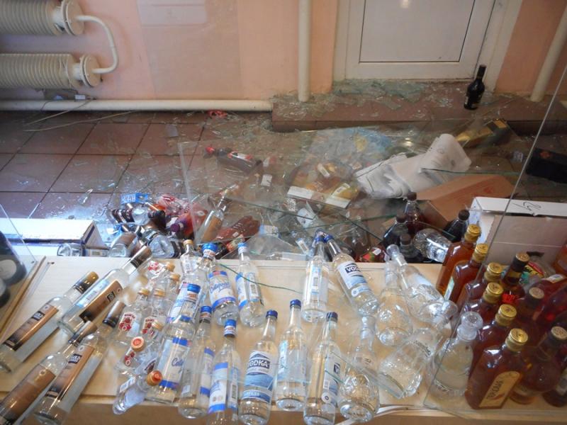 Житель Самарской области разбил витрину вмагазине иунес 4бутылки водки