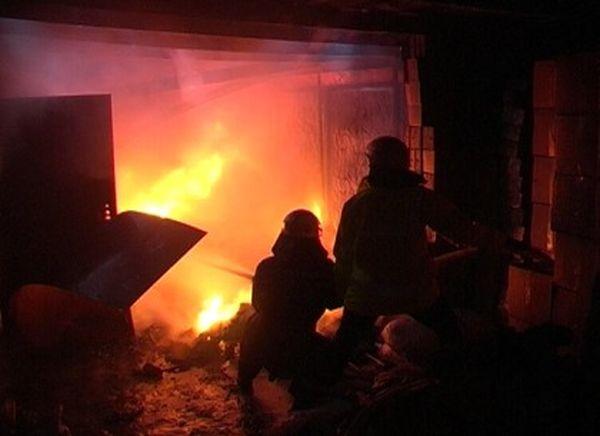 В Сызрани ночью 20 человек тушили дом на улице Камышинской | CityTraffic