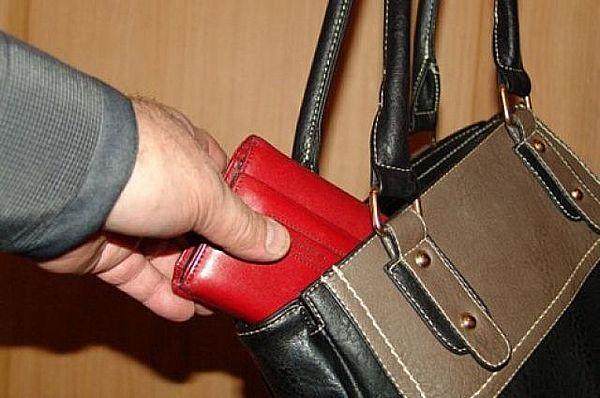 Житель Сызрани стянул кошелек продавщицы из подсобки