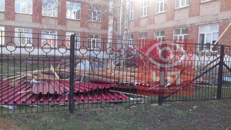 В Самарской области ураганным ветром сдуло крышу вшколе