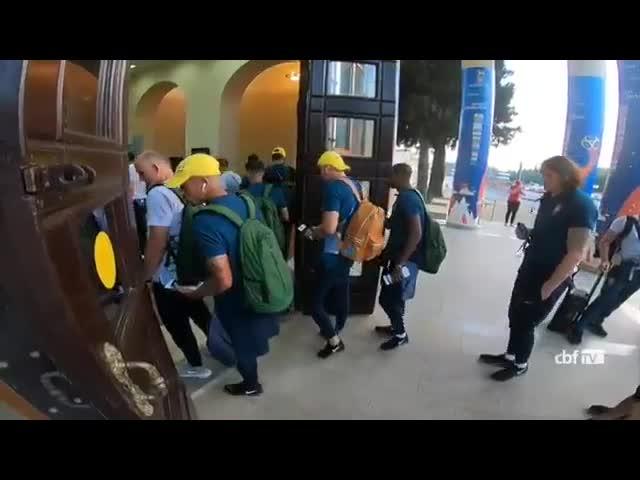 Сборная Бразилии прибыла в Самару под песни болельщиков | CityTraffic