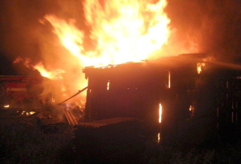 В Самарской области ночью 50 человек тушили крышу склада