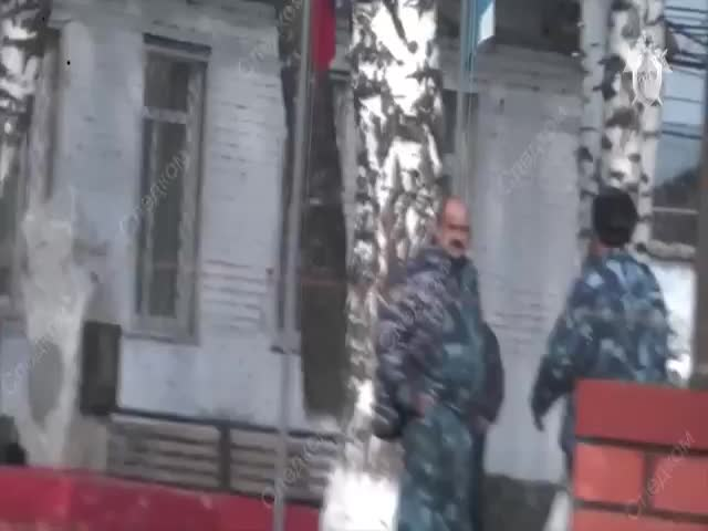 Силовики сняли на видео задержание начальника колонии, который заставлял зэков незаконно рубить деревья, а потом продавал похищенное местным жителям | CityTraffic