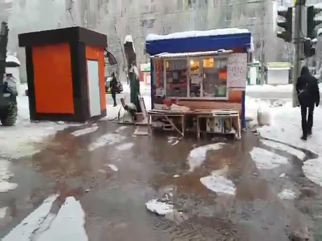 В Кировском районе Самары из-за коммунальной аварии демонтируют ларек сапельсинами: видео