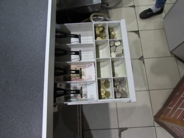В Самарской области разыскивают двоих грабителей, которые пригрозили продавцу ипохитили деньги из кассы магазина