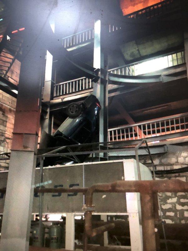 В Самаре на парковке уТЦ автомобиль упал счетвертого этажа на первый