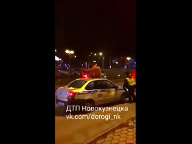 Голый парень прыгал на крыше полицейской машины, апотом заявил, что готов служить: видео