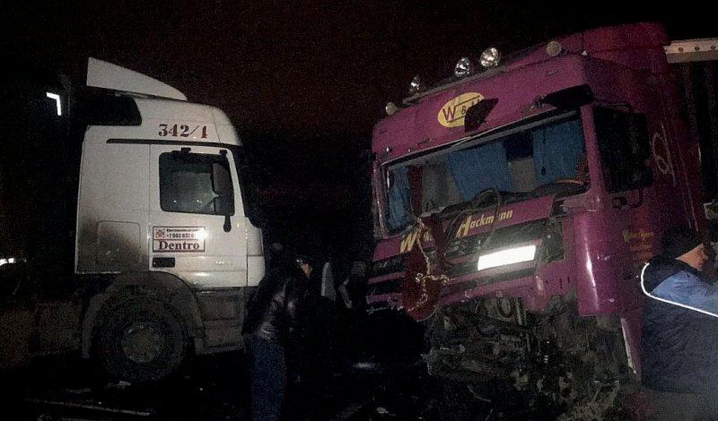 Две фуры столкнулись воскресной ночью на дороге под Самарой