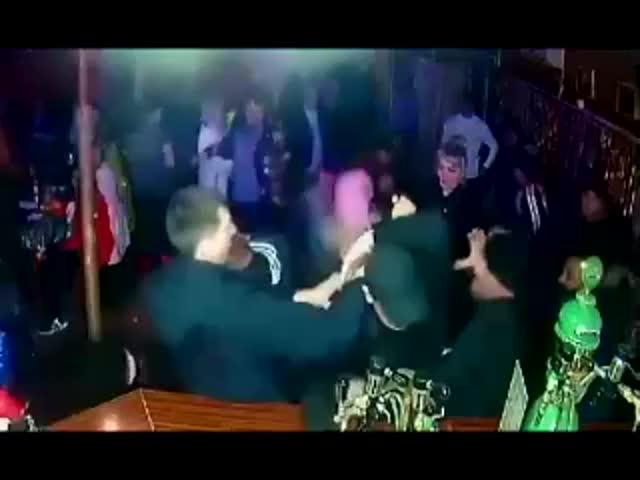 Четверо мужчин оказались в больнице после того, как в баре пролили пиво: видео | CityTraffic