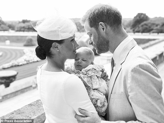 Жители Англии разочарованы, что принц Гарри иМеган Маркл не пригласили их на крещение внука принцессы Дианы: видео