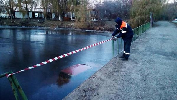 Неудачно дрифтанул: в Тольятти вазовская легковушка упала в воду | CityTraffic