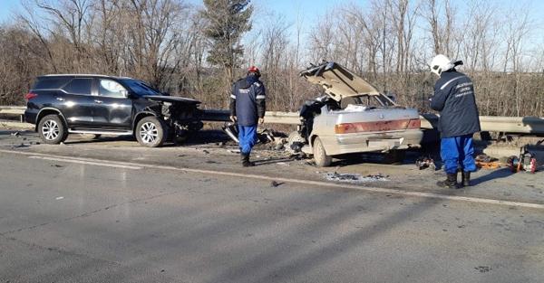В Самарской области после ДТП водитель оказался зажат в своей машине, его вытаскивали спасатели | CityTraffic