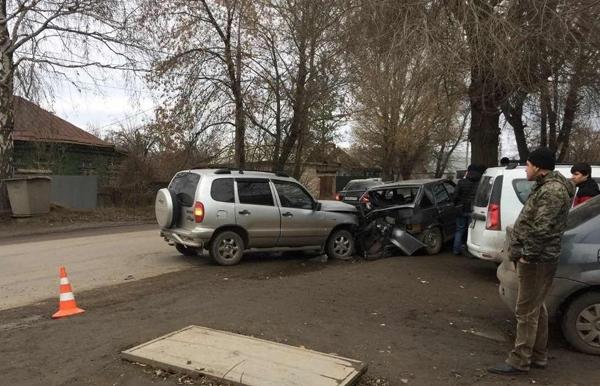 В Самаре водитель «Нивы» с номерами соседнего региона «впечатал» в дерево припаркованную «четырнадцатую» | CityTraffic