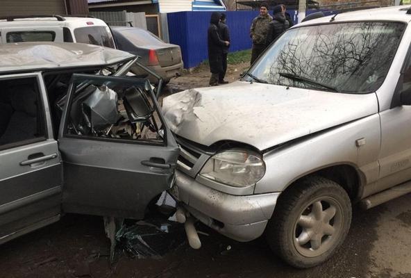 В Самаре водитель «Нивы» с номерами соседнего региона «впечатал» в дерево припаркованную «четырнадцатую»   CityTraffic