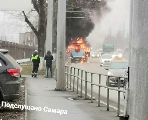 В Самаре на Московском шоссе в движении загорелся автокран: видео | CityTraffic