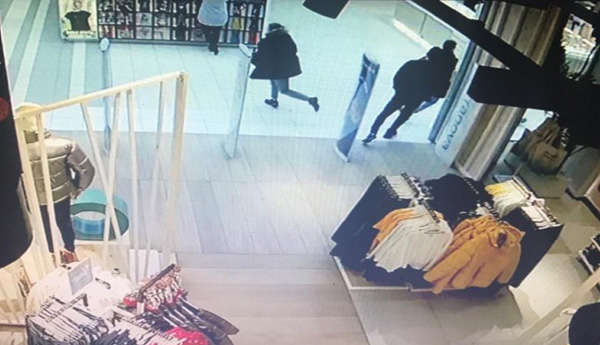 В Тольятти разыскивают мужчину, который примерил в магазине куртку и убежал в ней: видео | CityTraffic