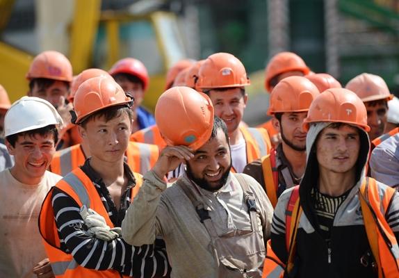 Должен ли работодатель, нанявший мигранта, сообщать в МВД об изменении условий трудового договора с ним | CityTraffic