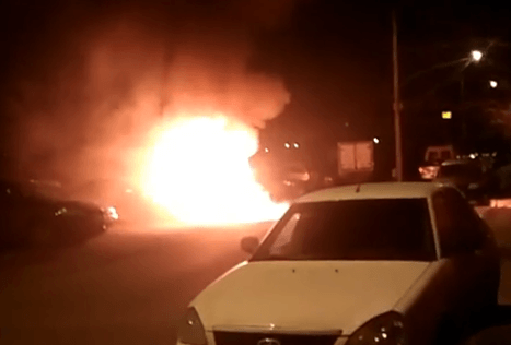 В Тольятти ночью во дворе дома сгорел микроавтобус | CityTraffic