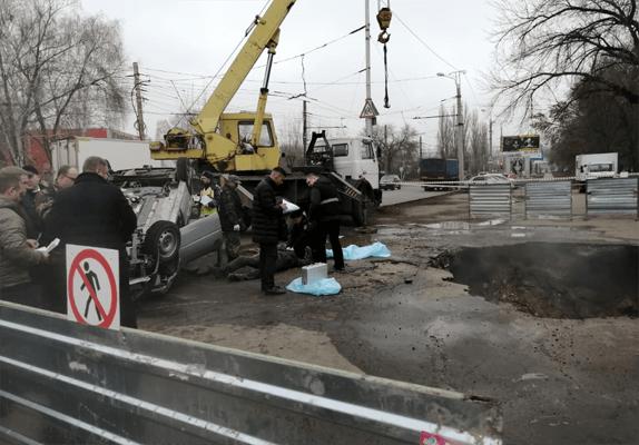Два человека сварились заживо в кипятке из-за провала асфальта на одной из улиц Пензы | CityTraffic