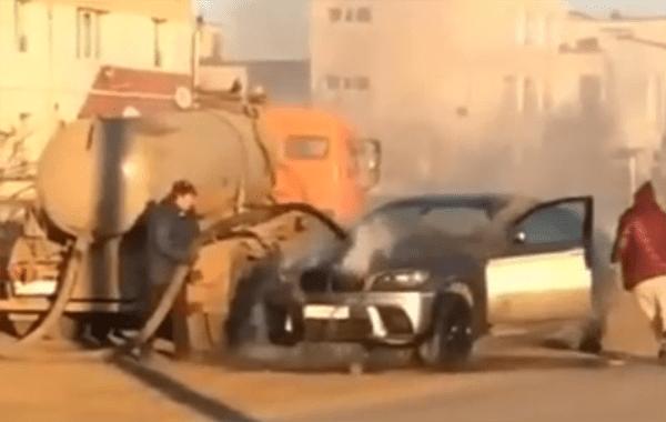 В Самаре горящую иномарку потушили тем, что было в ассенизаторской цистерне: видео | CityTraffic