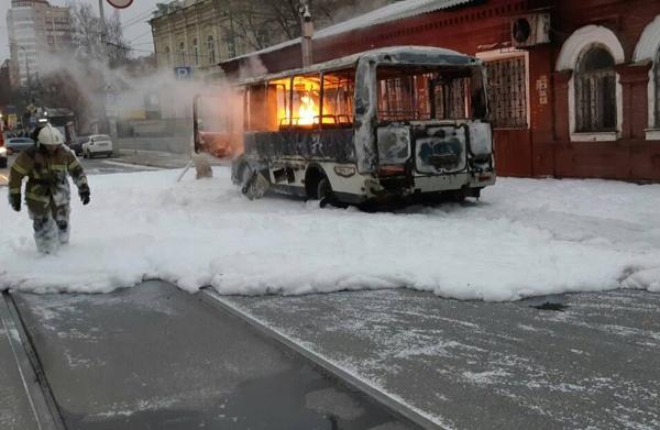 В Самаре на улице Красноармейской полыхал автобус: видео   CityTraffic