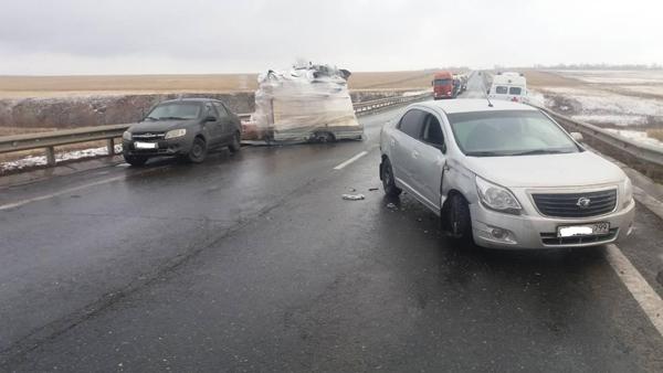 В Самарской области на трассе М-5 опрокинулся прицеп, пострадала женщина: видео | CityTraffic