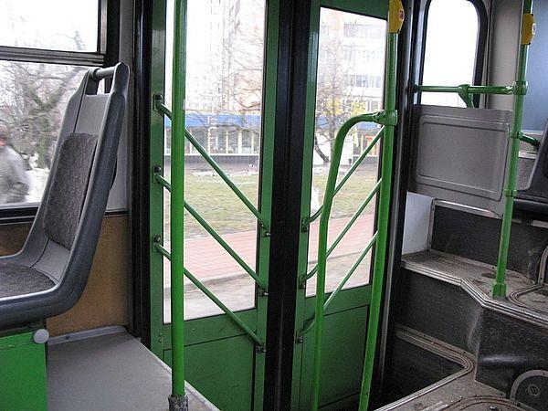 В Самаре водитель автобуса закрыл двери перед беременной женщиной и увез ее дочь | CityTraffic