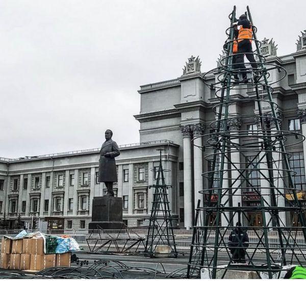 В Самаре начали устанавливать каркасы под елки на площади Куйбышева | CityTraffic