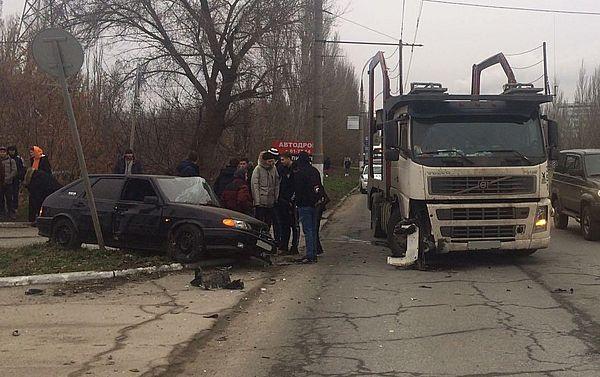 В Тольятти 19-летний парень на легковушке врезался в автовоз | CityTraffic