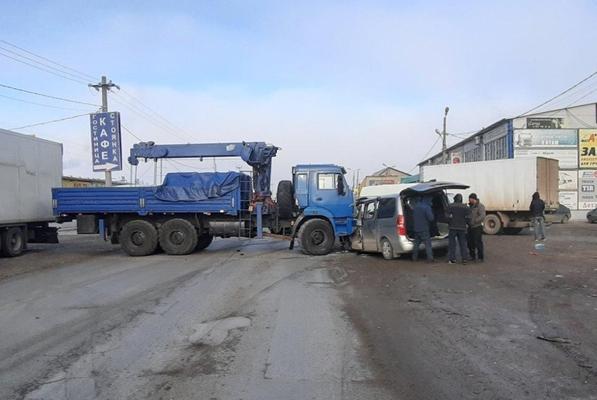 На Обводной дороге Самары КамАЗ протаранил минивэн   CityTraffic