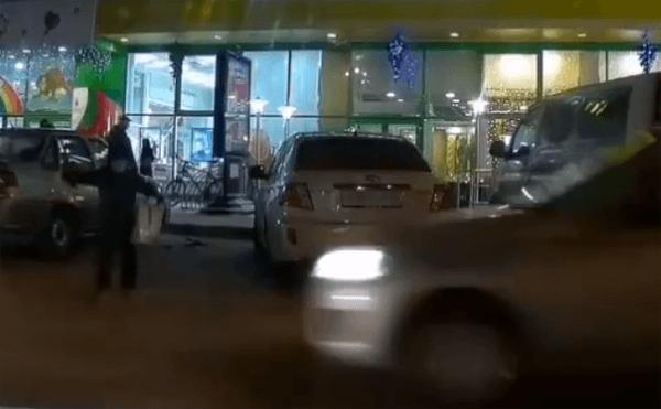 В Тольятти ребенок выбежал на дорогу и чудом не попал под колеса машины: видео | CityTraffic