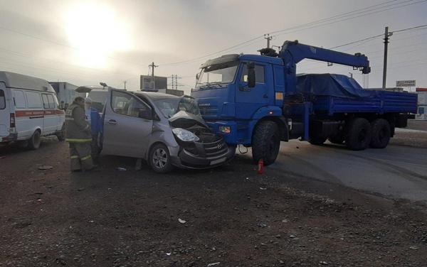 На Обводной дороге Самары КамАЗ протаранил минивэн