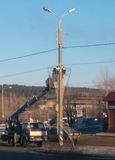 Жителям Тольятти не понравились «светящиеся трусы» на столбах вдоль дороги | CityTraffic