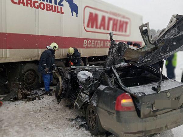 Таксист протаранил стоявший грузовик на трассе М-5 в Самарской области | CityTraffic
