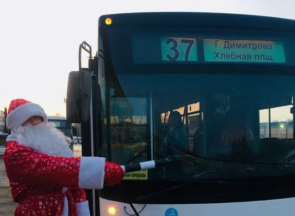 По Самаре ездит автобус с Дедом Морозом и Снегурочкой: видео | CityTraffic
