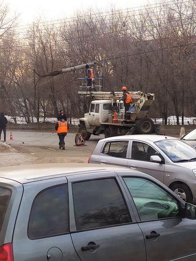 В Тольятти ремонтировали провода и уронили столб | CityTraffic